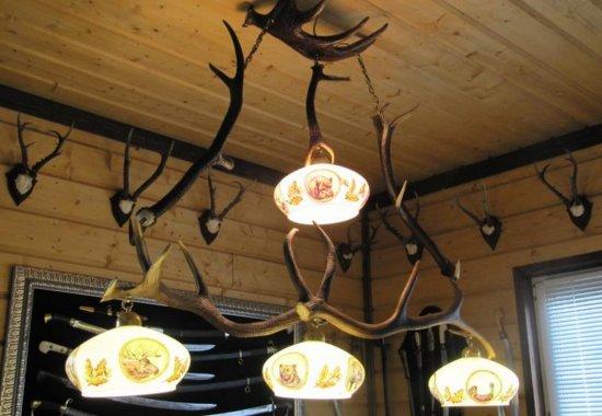 люстра из оленьих рогов для бильярдной комнаты
