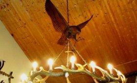 люстра из рогов с резной скульптурой орла