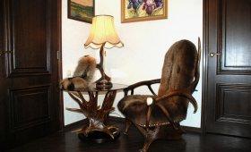 мебель из рогов и медвежьей шкуры