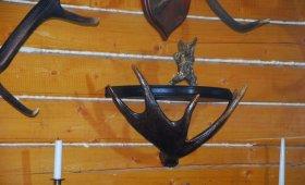 полка из лосиного рога для охотничьего интерьера