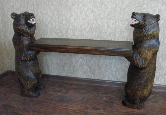 skamya-s-reznymi-skulpturami-medvedej