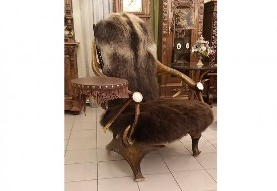 kreslo-iz-rogov-so-stolikom-medved